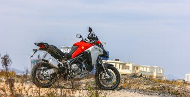 ¿Cómo estacionar tu moto en una pendiente?