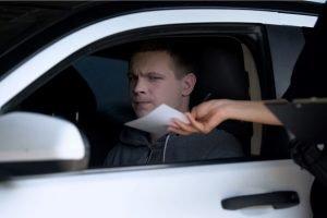 Cómo disputar una multa de tránsito en California