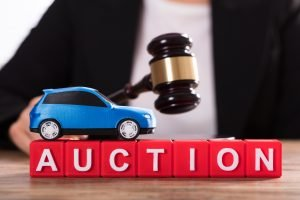 ¿Cómo puedo comprar carros en Subastas?