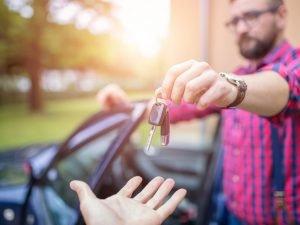 Cómo vender un carro sin título