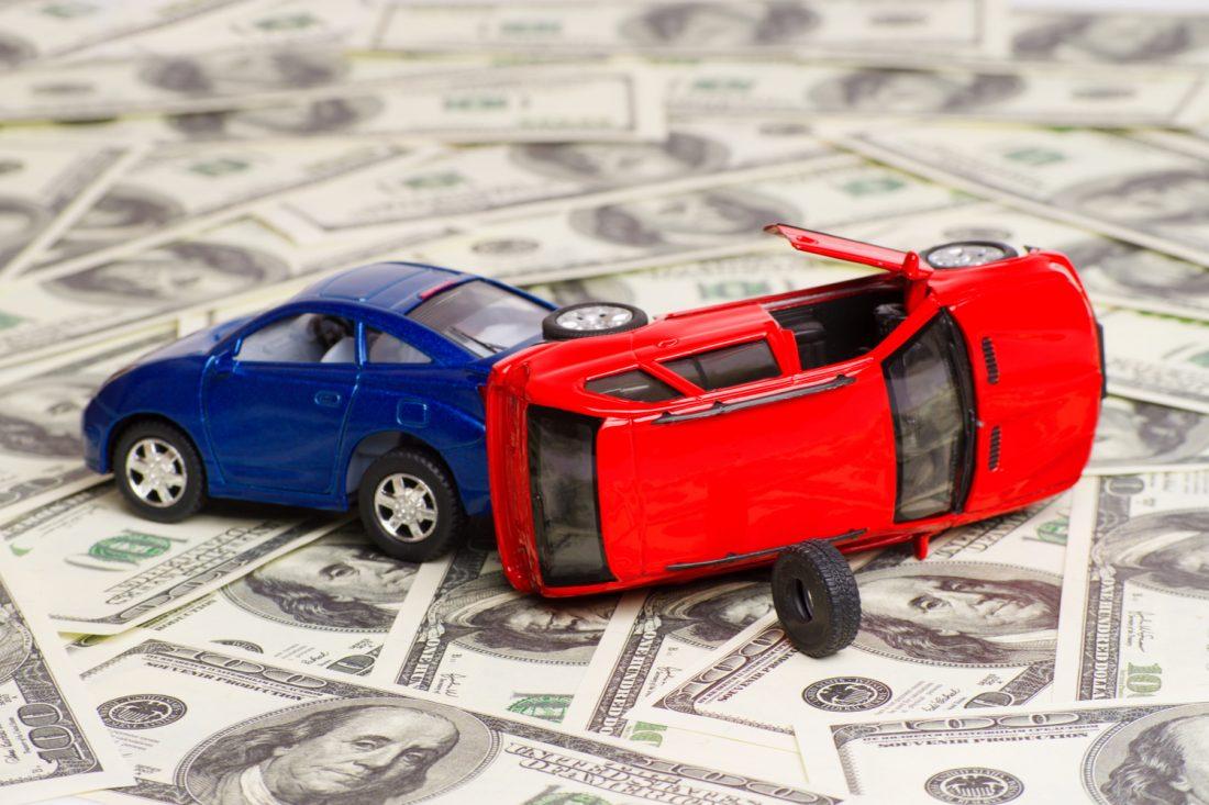 ¿Quién paga los salarios perdidos en un accidente de auto?